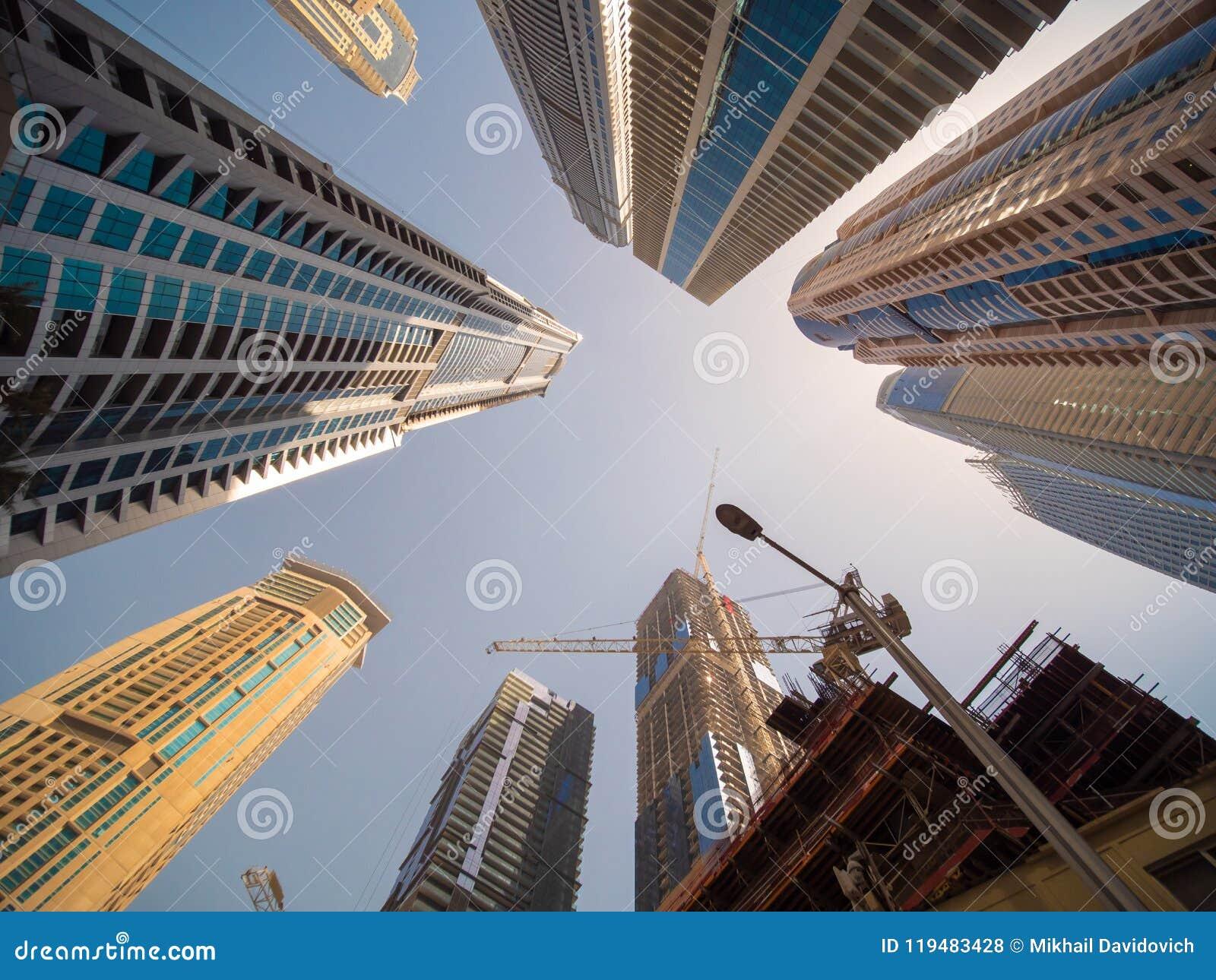 Arranha-céus residencial em Dubai em um dia ensolarado UAE