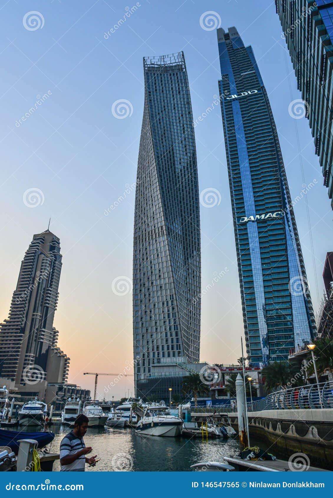 Arranha-c?us no porto de Dubai no por do sol