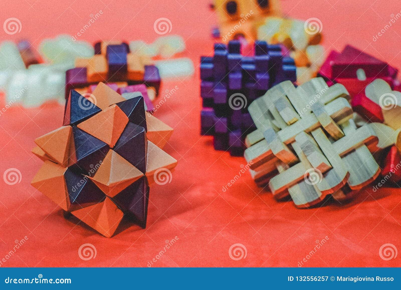 Arranjo de bloco colorido de formas e de cores diferentes