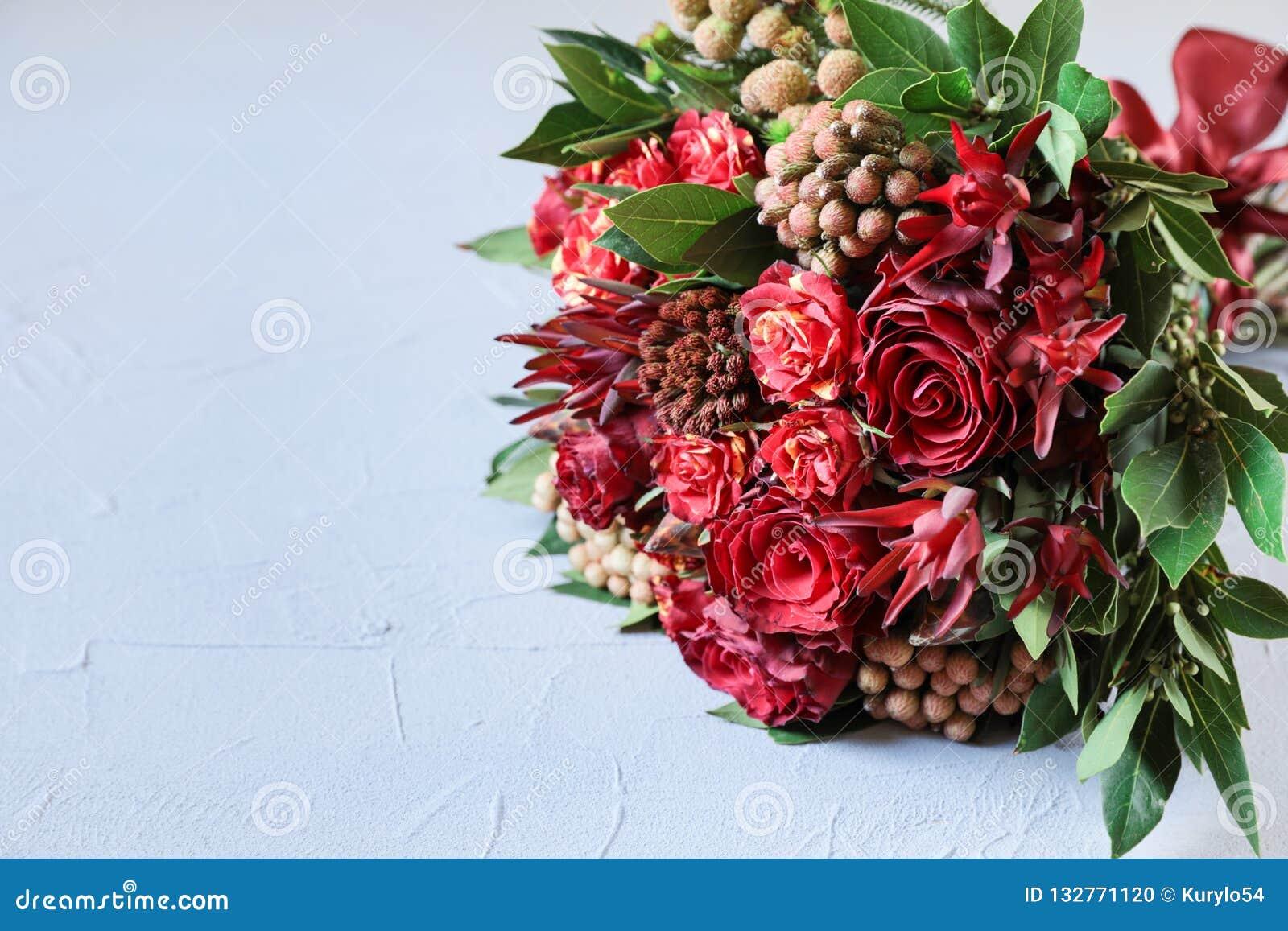 Arranjo de flor fresca bonito de rosas vermelhas e de espaço da cópia do texto