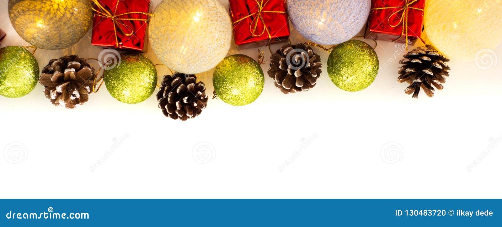 Arranjo do Natal com galhos do pinho, cones