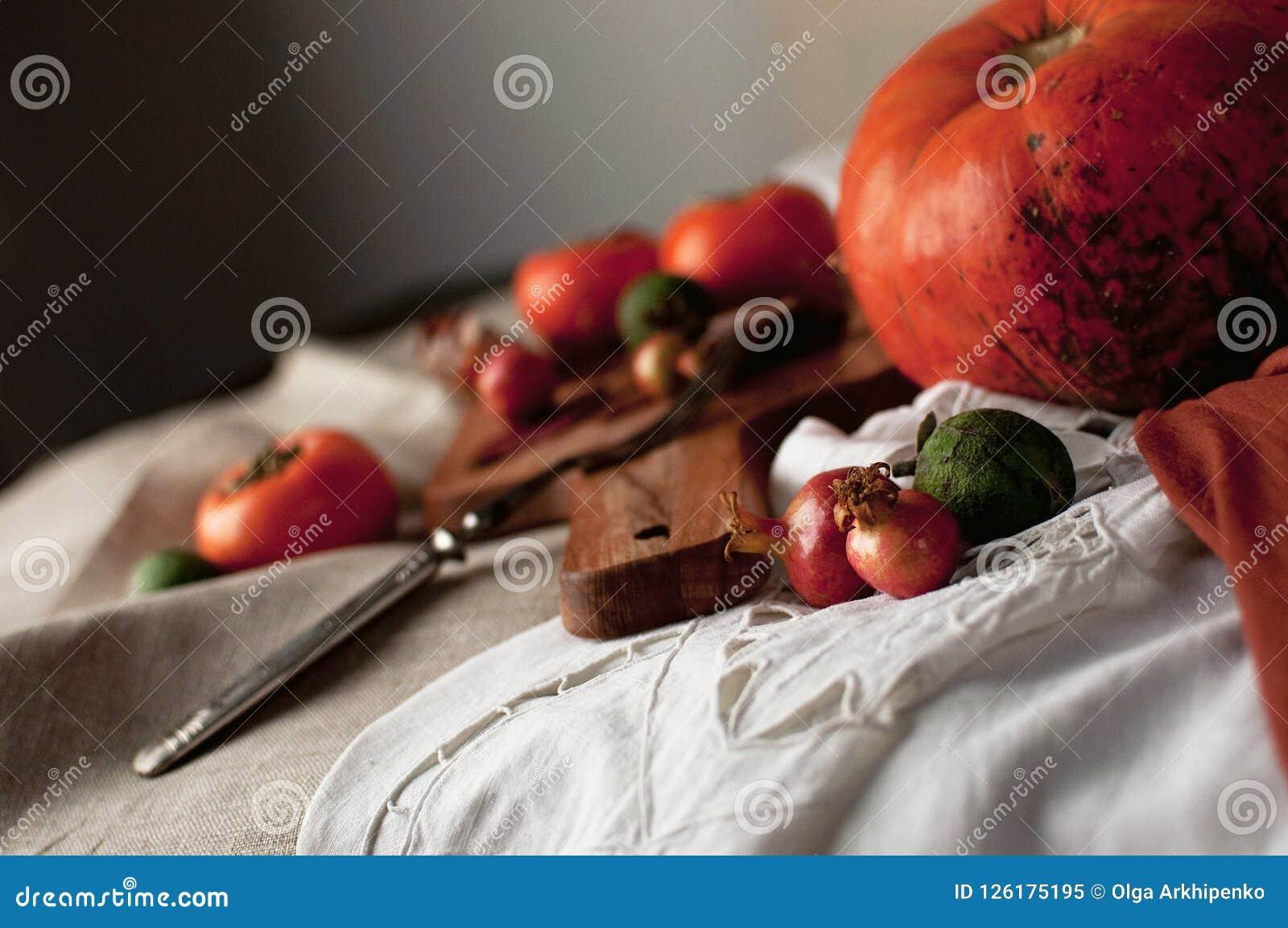 Arranjo do outono: caqui, abóbora, feijoa com folhas de outono Foto de Stock Royalty Free