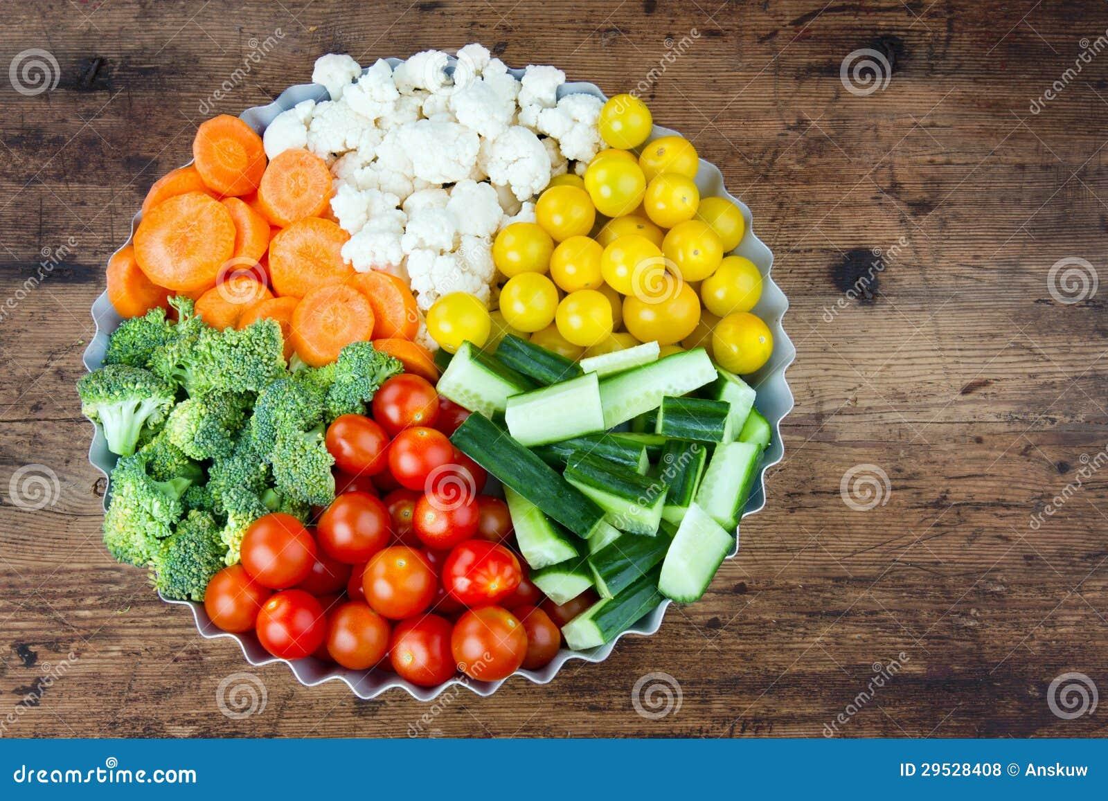 Arranjo dos vegetais em uma bandeja redonda do metal