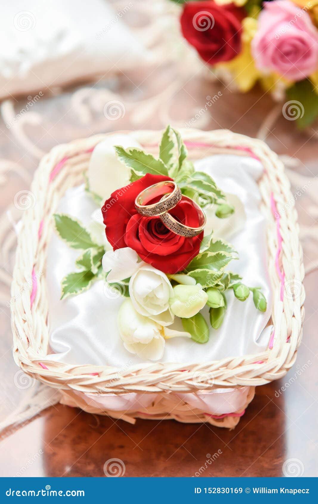 Arranjo espetacular das alianças de casamento com rosas vermelhas