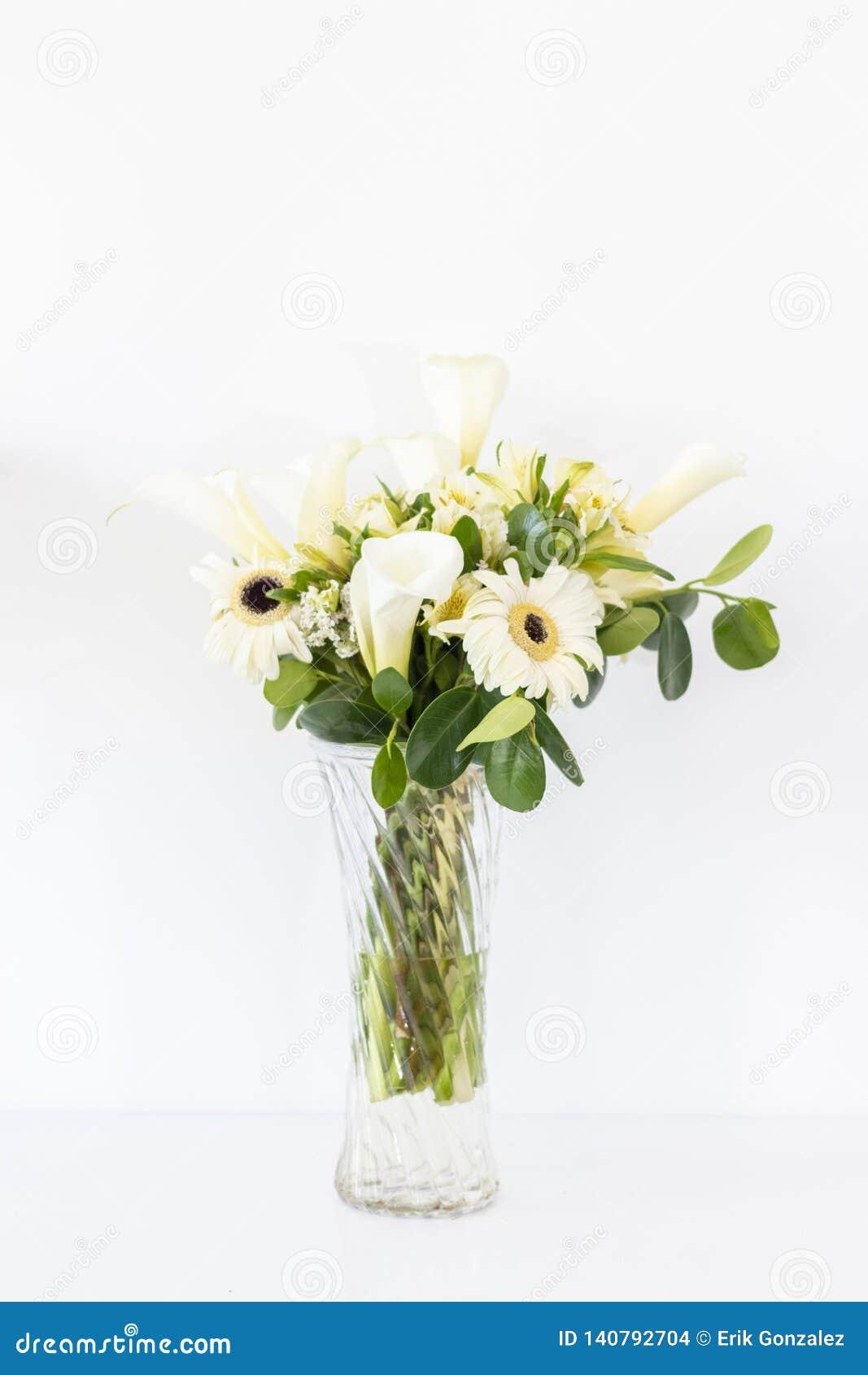 Arranjo floral dos callas lilly e dos gerberas