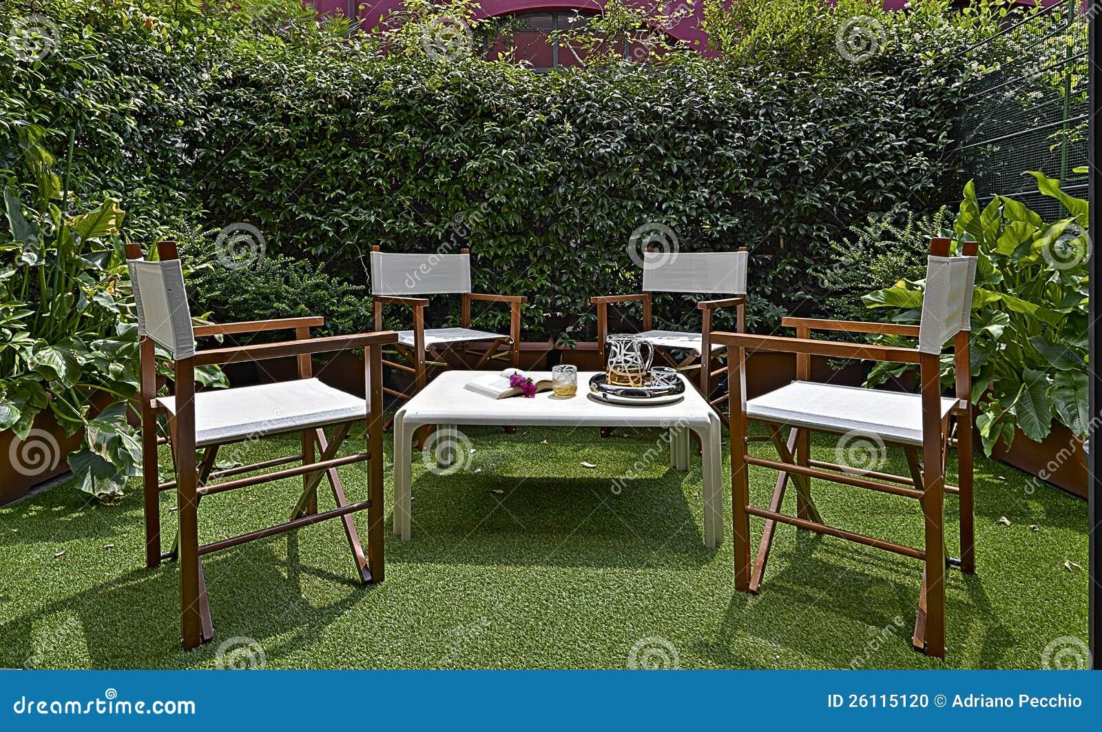Arredamento per un piccolo giardino nel cortile fotografia for Stock arredamento
