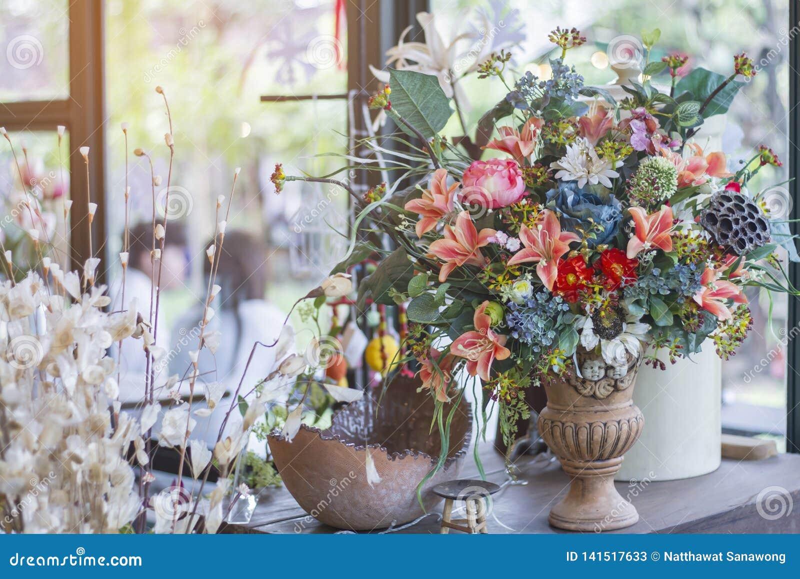 Arregle las flores en el florero