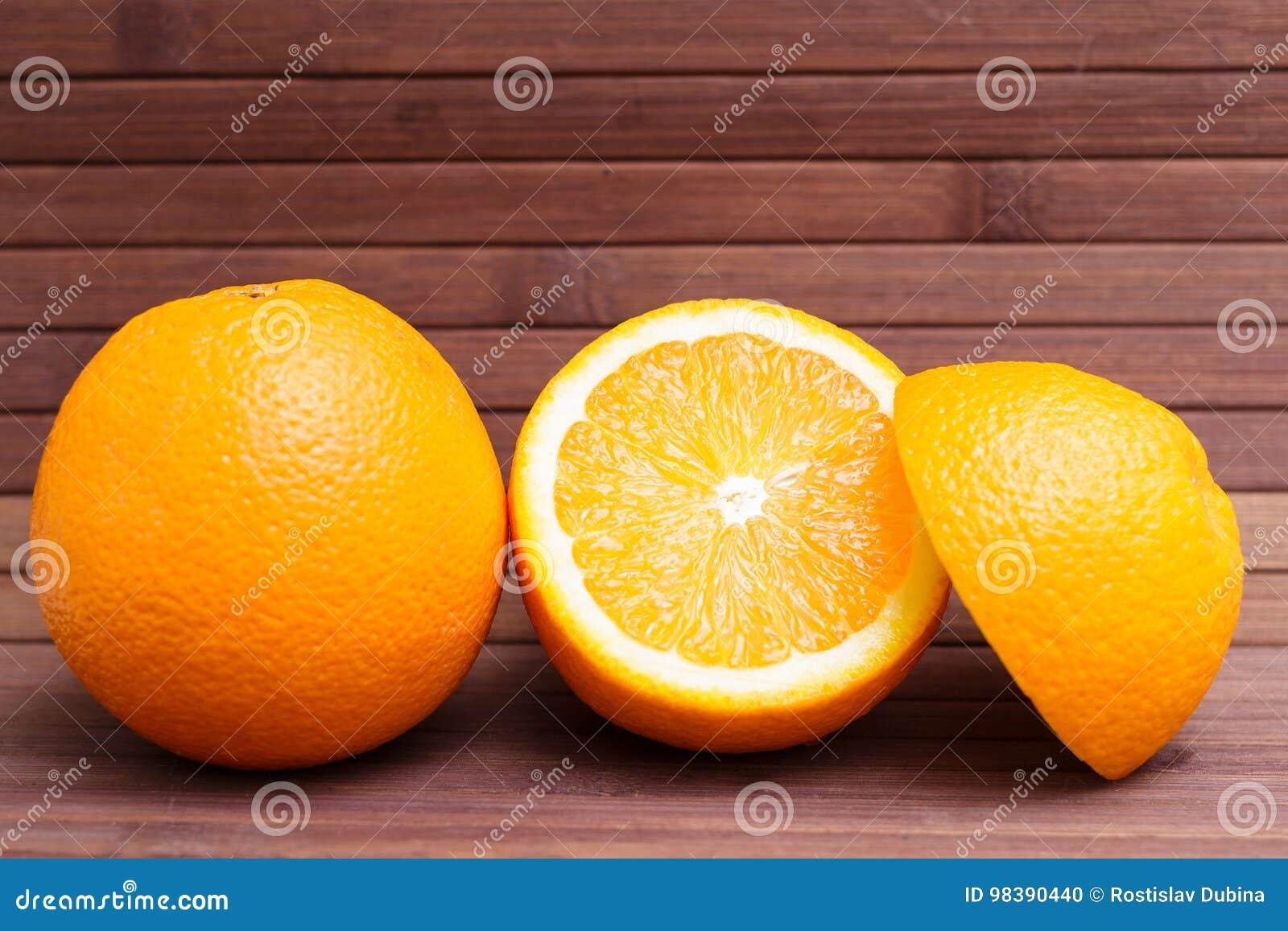 Arreglo de la naranja aislado en fondo de madera Alimento sano Una mezcla de fruta fresca Grupo de agrios Vegetariano, crudo