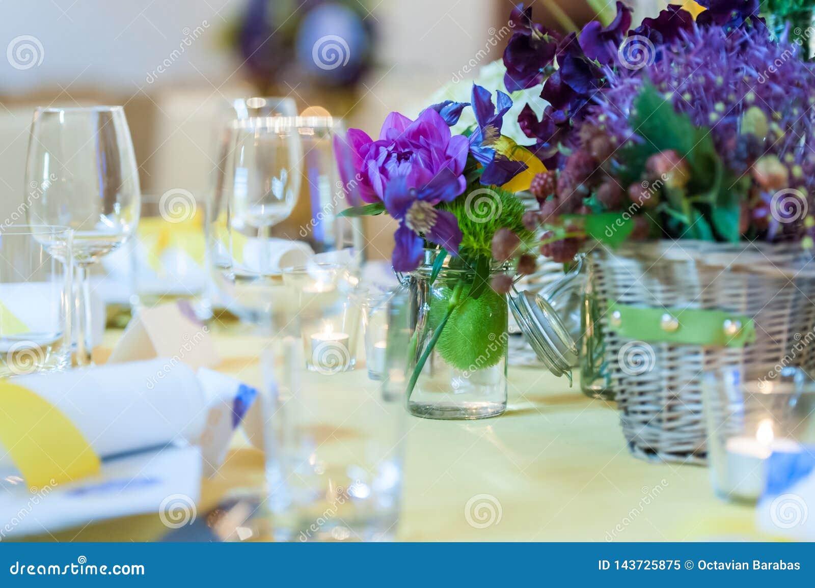 Arreglo de la tabla de cena en restaurante