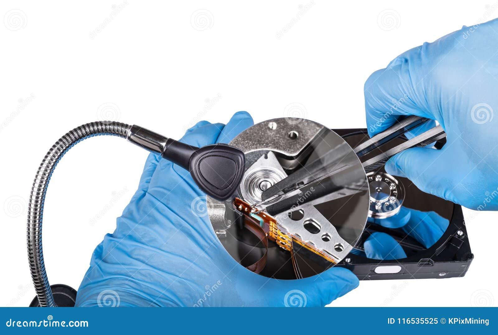 Arreglo de la unidad de disco duro Primer de los diagnósticos Manos en guantes azules