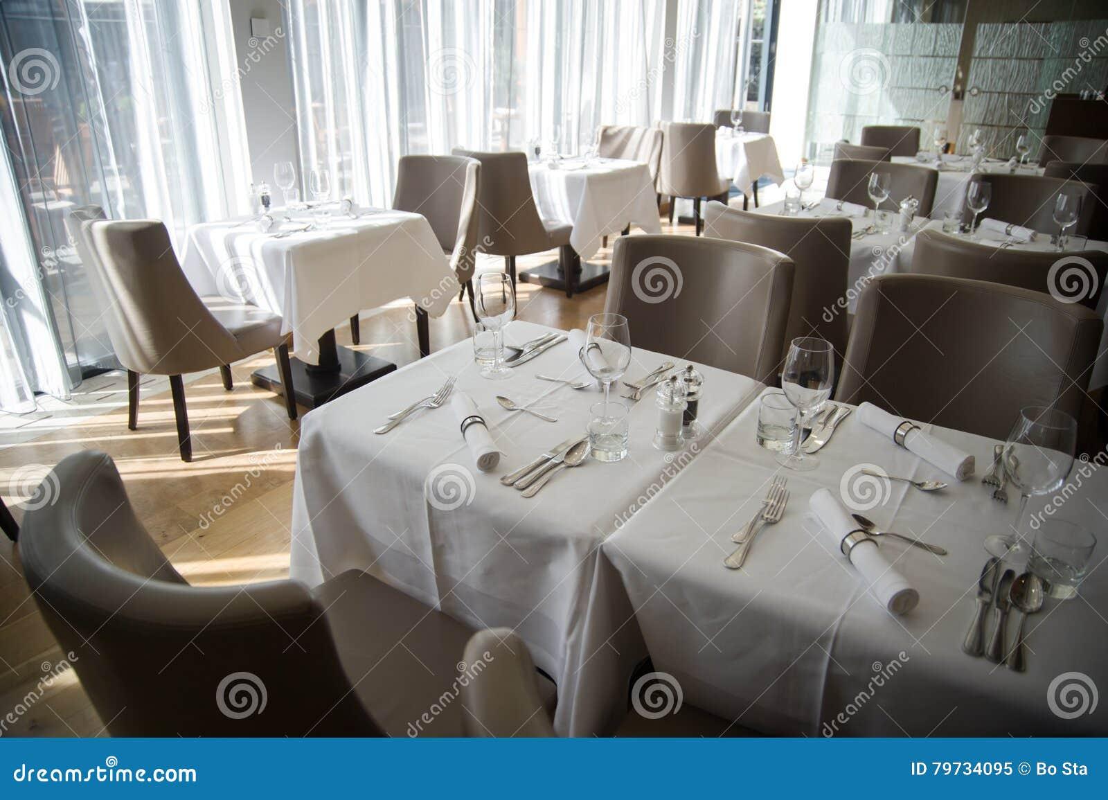 Arreglo elegante de la tabla en restaurante