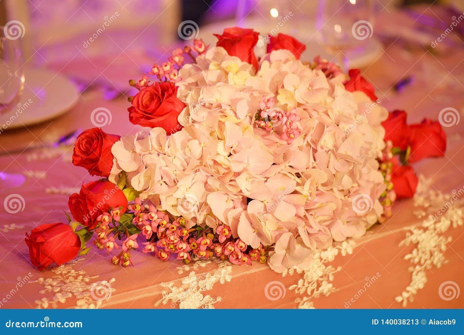 Arreglo Floral Con Clase En Un Ramo Oval En Colores Pastel