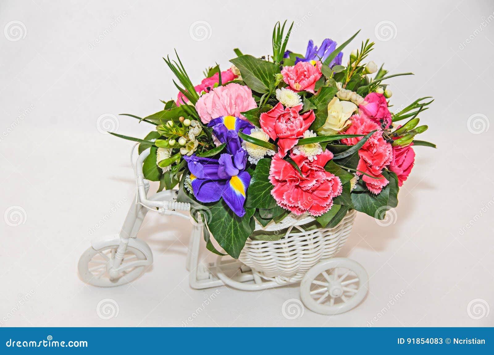 Arreglo Floral Con La Bicicleta Blanca Y Las Rosas