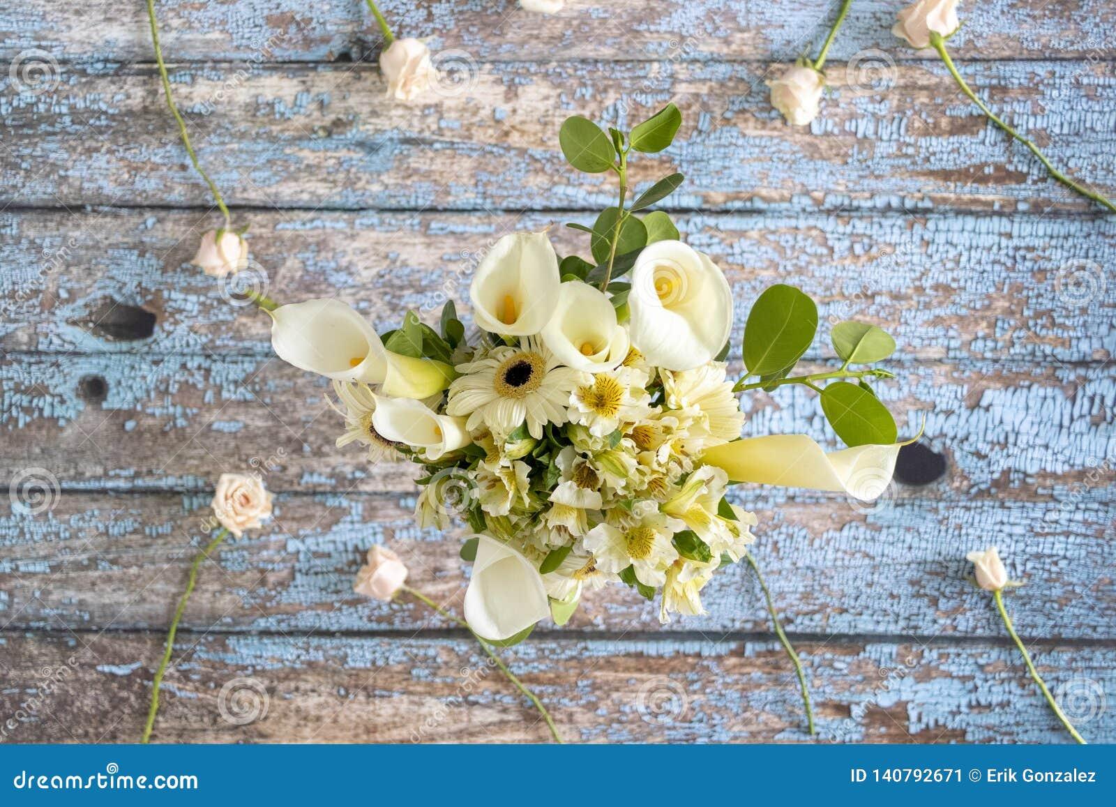 Arreglo Floral De Calas Lilly Y De Gerberas Imagen De