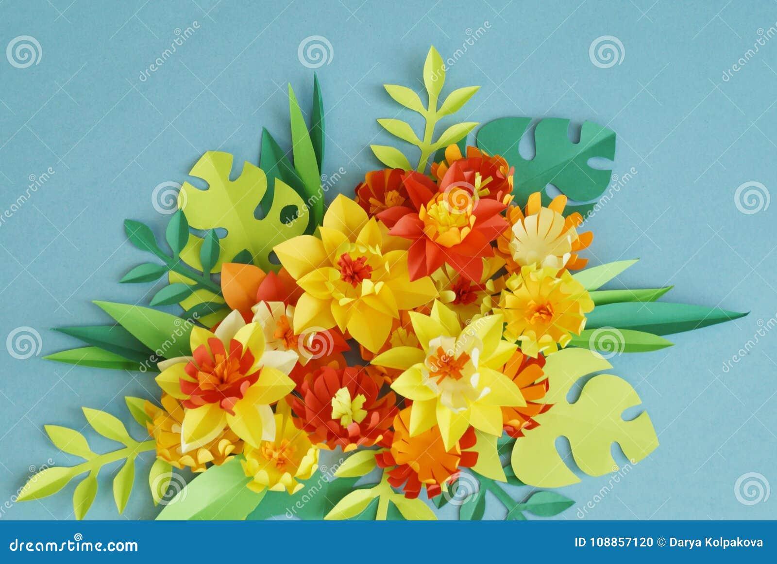 Arreglo Floral De Las Flores De Papel En Un Fondo Azul