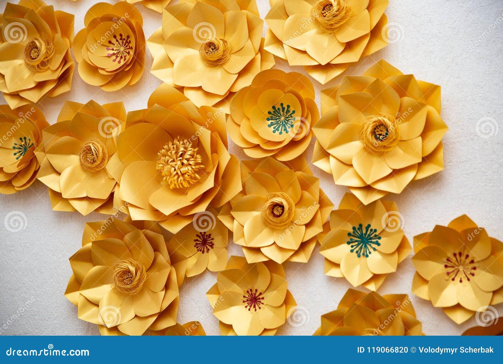 Arreglo Floral De Las Flores De Papel En Un Fondo Blanco La