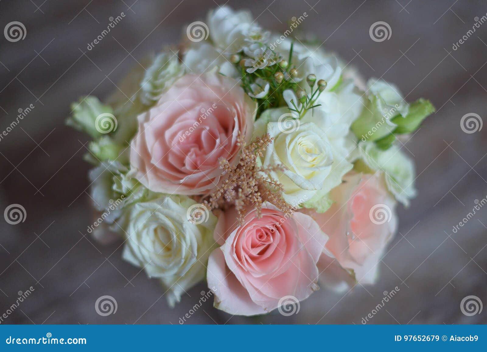 Arreglo Floral Delicado Para La Futura Esposa Con Las Rosas