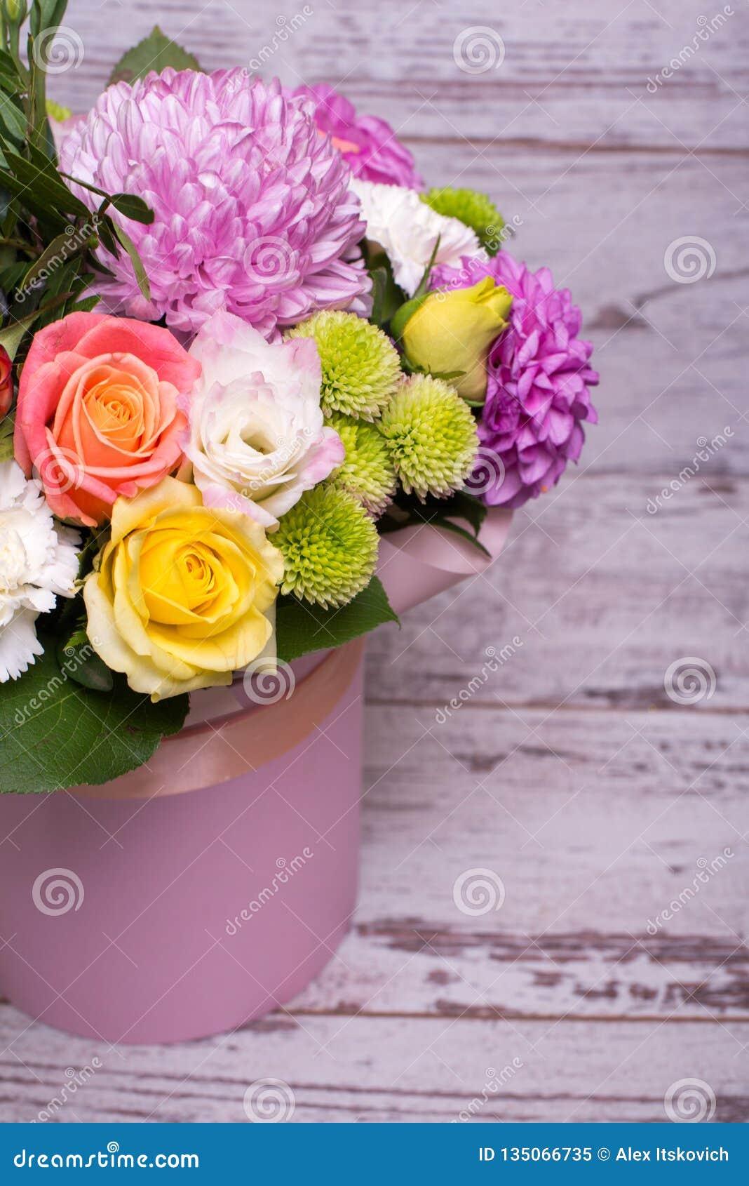 Arreglo Floral Hermoso En La Caja El Rosa Y La Rosa