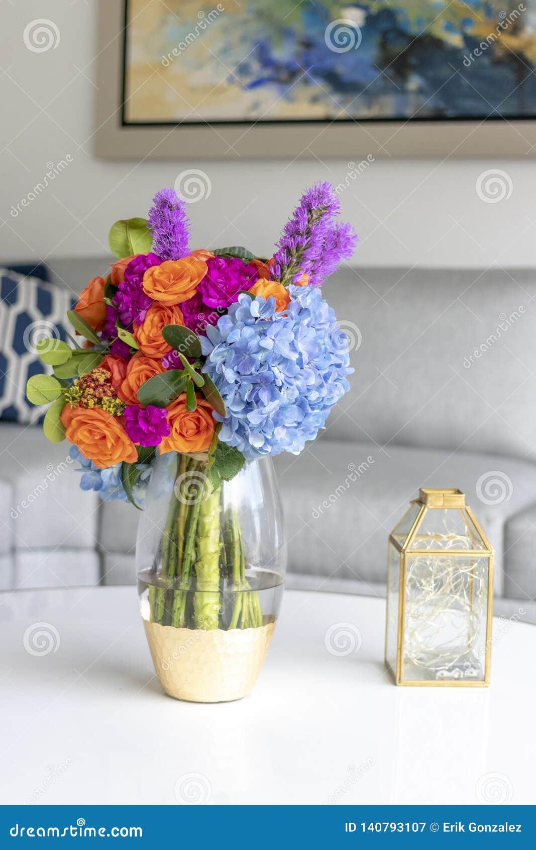 Arreglo Floral Que Adorna La Sala De Estar De La Casa Imagen