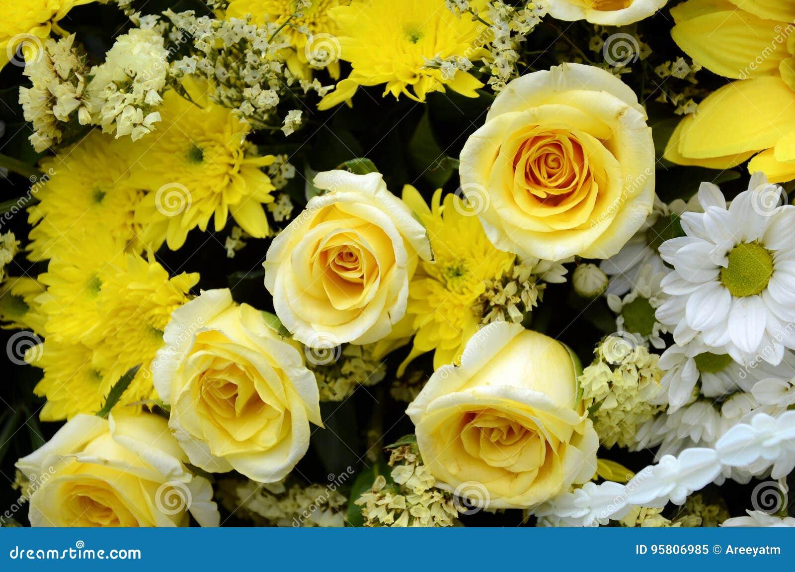Arreglos Florales En Tono Amarillo Imagen De Archivo