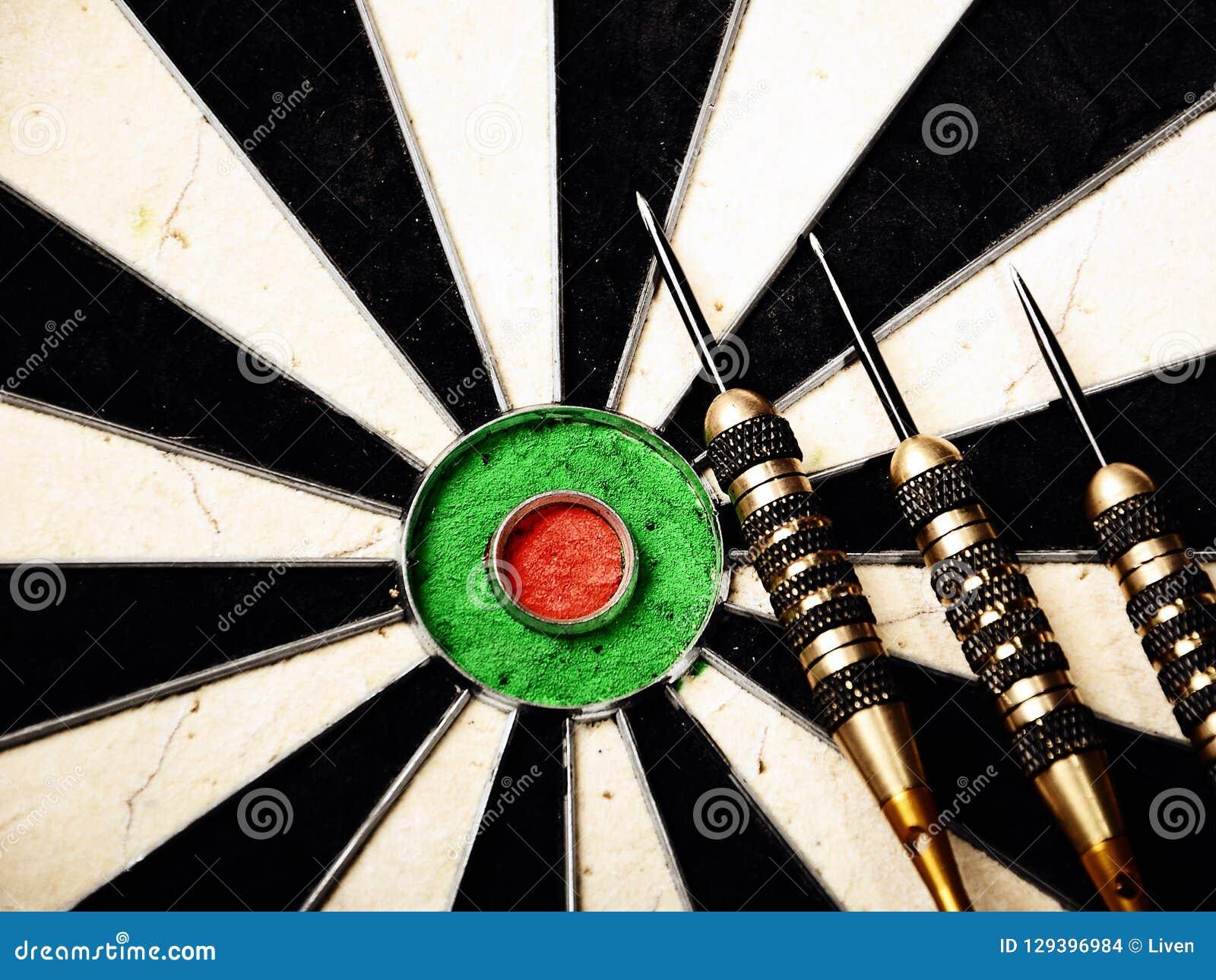 Arremesse a seta que bate no centro do alvo do alvo