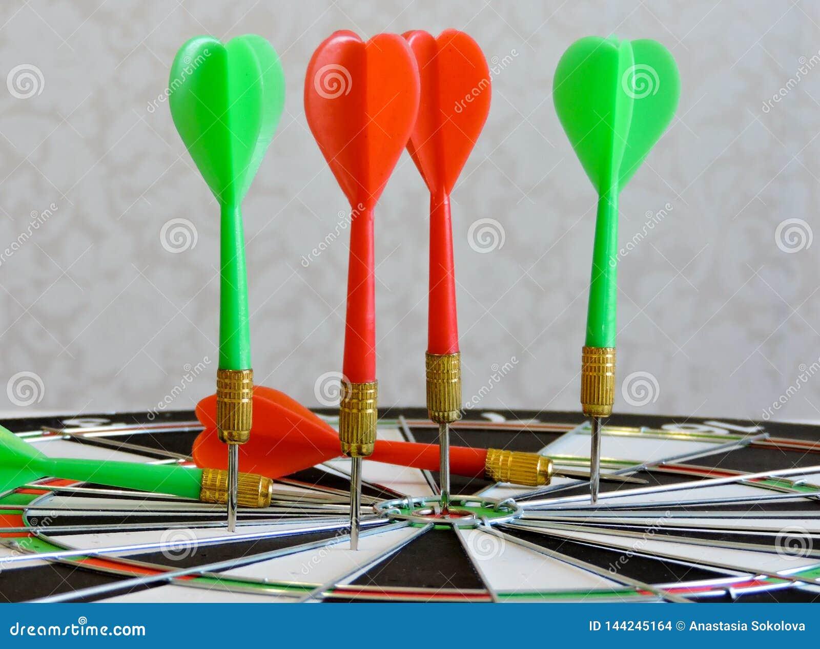 Arremesse a seta que bate no centro do alvo do alvo Sucesso que bate o fundo do conceito da realização do objetivo do alvo do alv