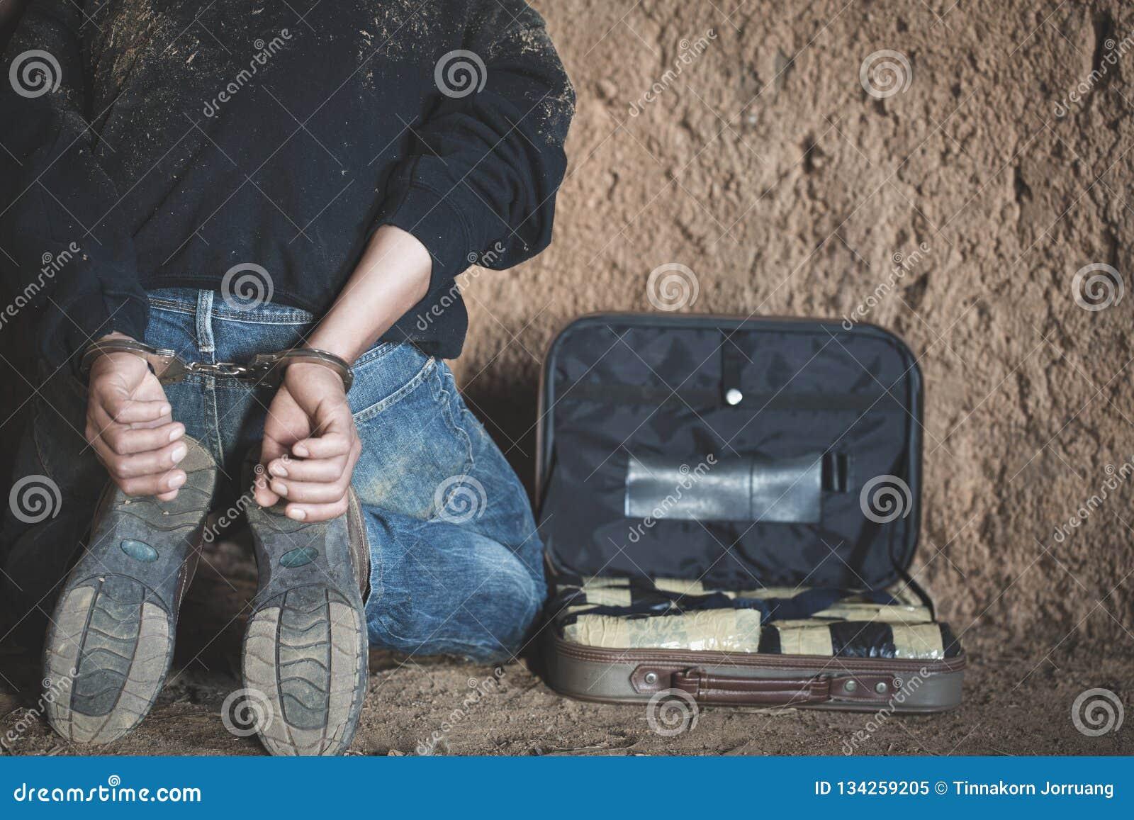 Arrestaron a los traficantes de drogas junto con su heroína La policía arresta al traficante de drogas con las esposas Concepto d