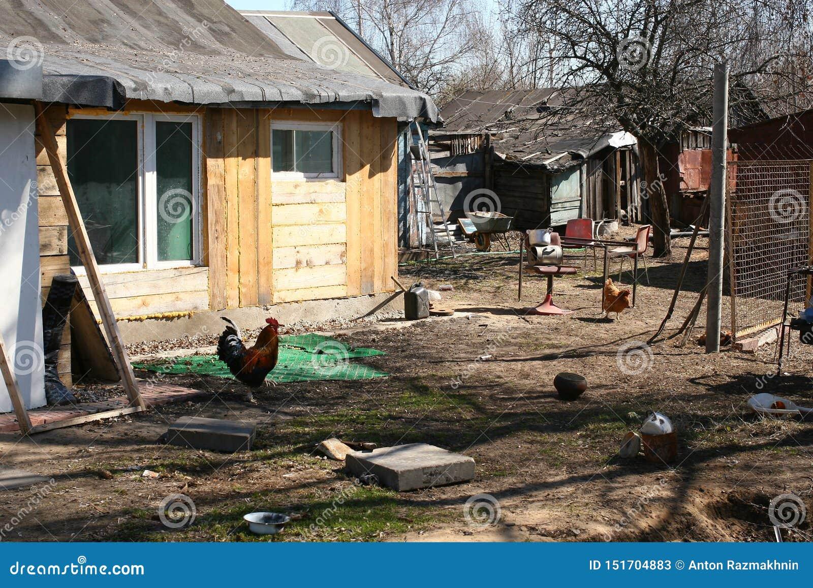 Arrière-cour, village russe délabré
