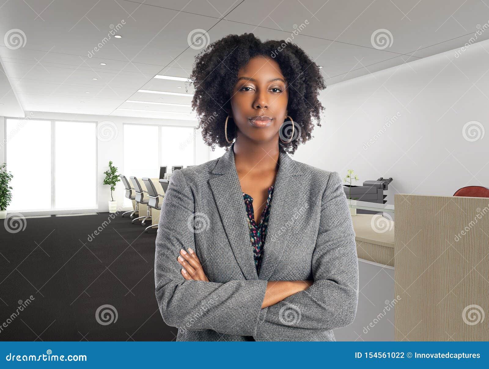 Arrogante Afrikaanse Amerikaanse Onderneemster In een Bureau