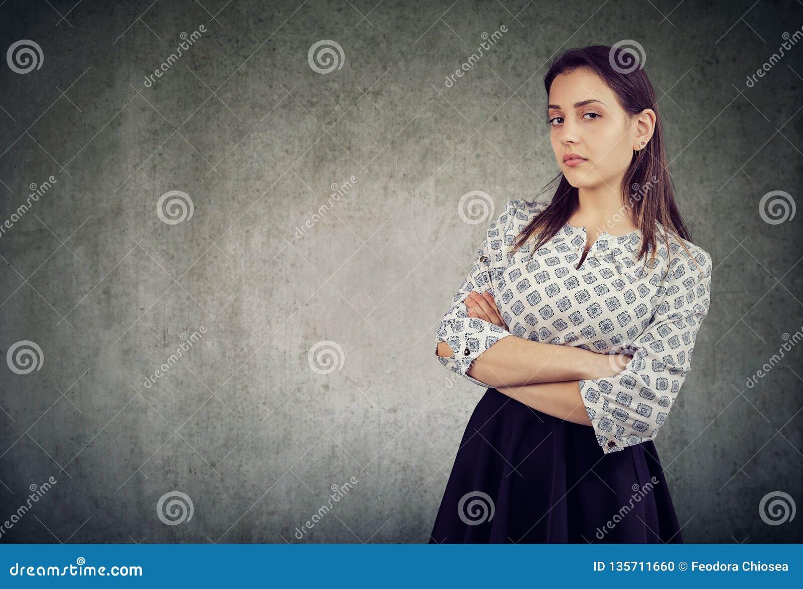 Arrogante jonge vrouw met gekruiste wapens