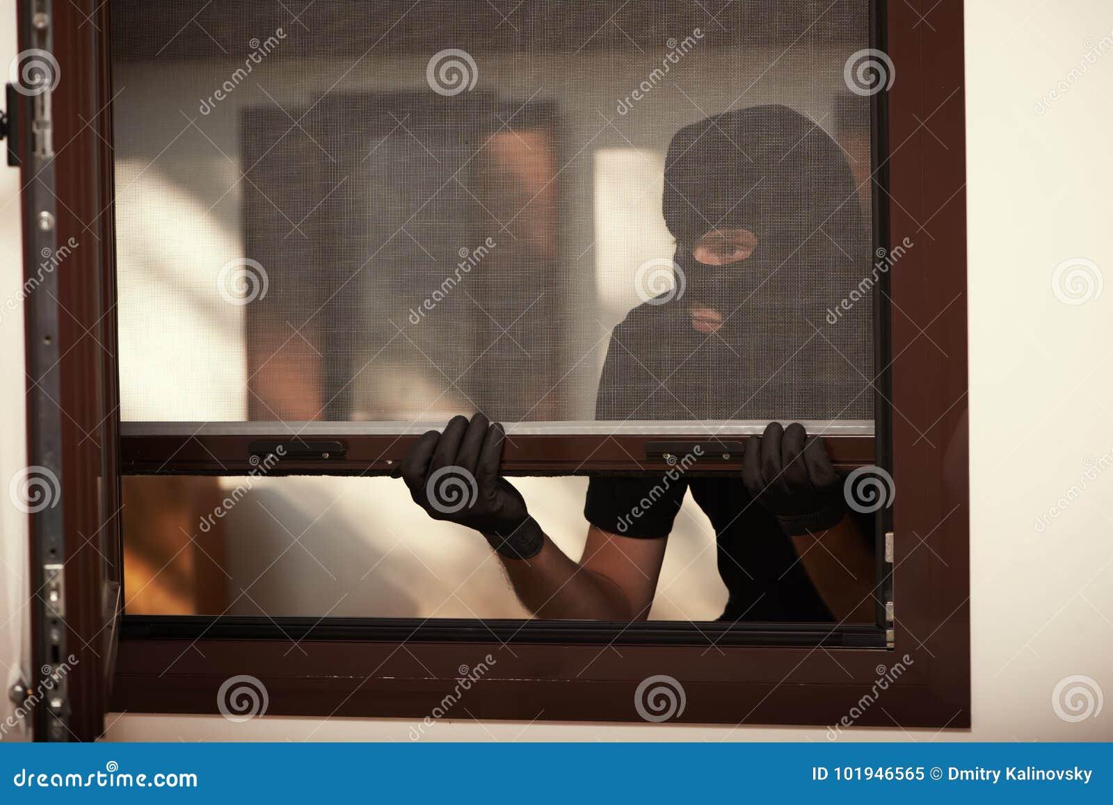 Arrombamento de um apartamento Ladrão na máscara