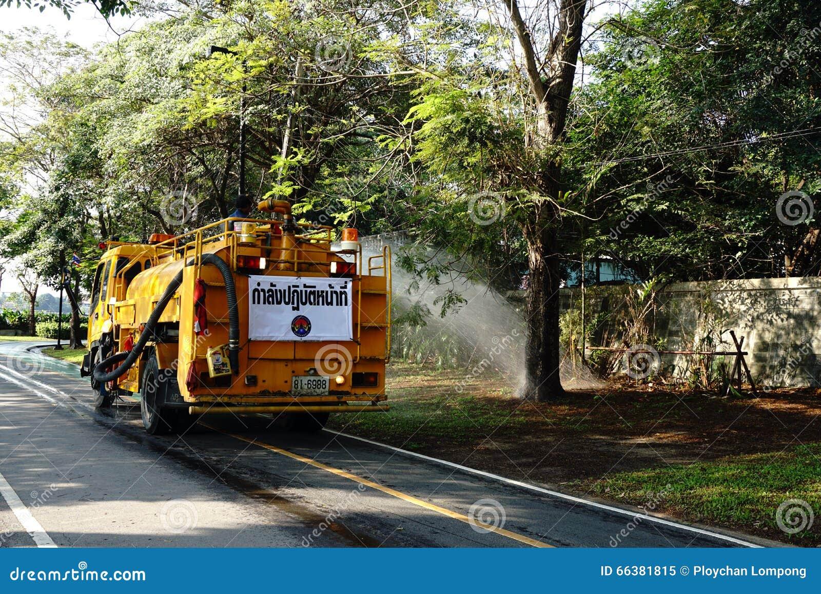 Arrosage De La Pelouse Sur La Route Par Camion Citerne