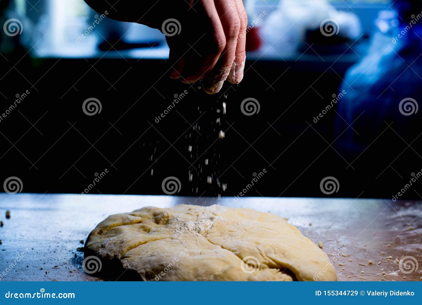 Arrosez la pâte avec de la farine Préparez la pâte