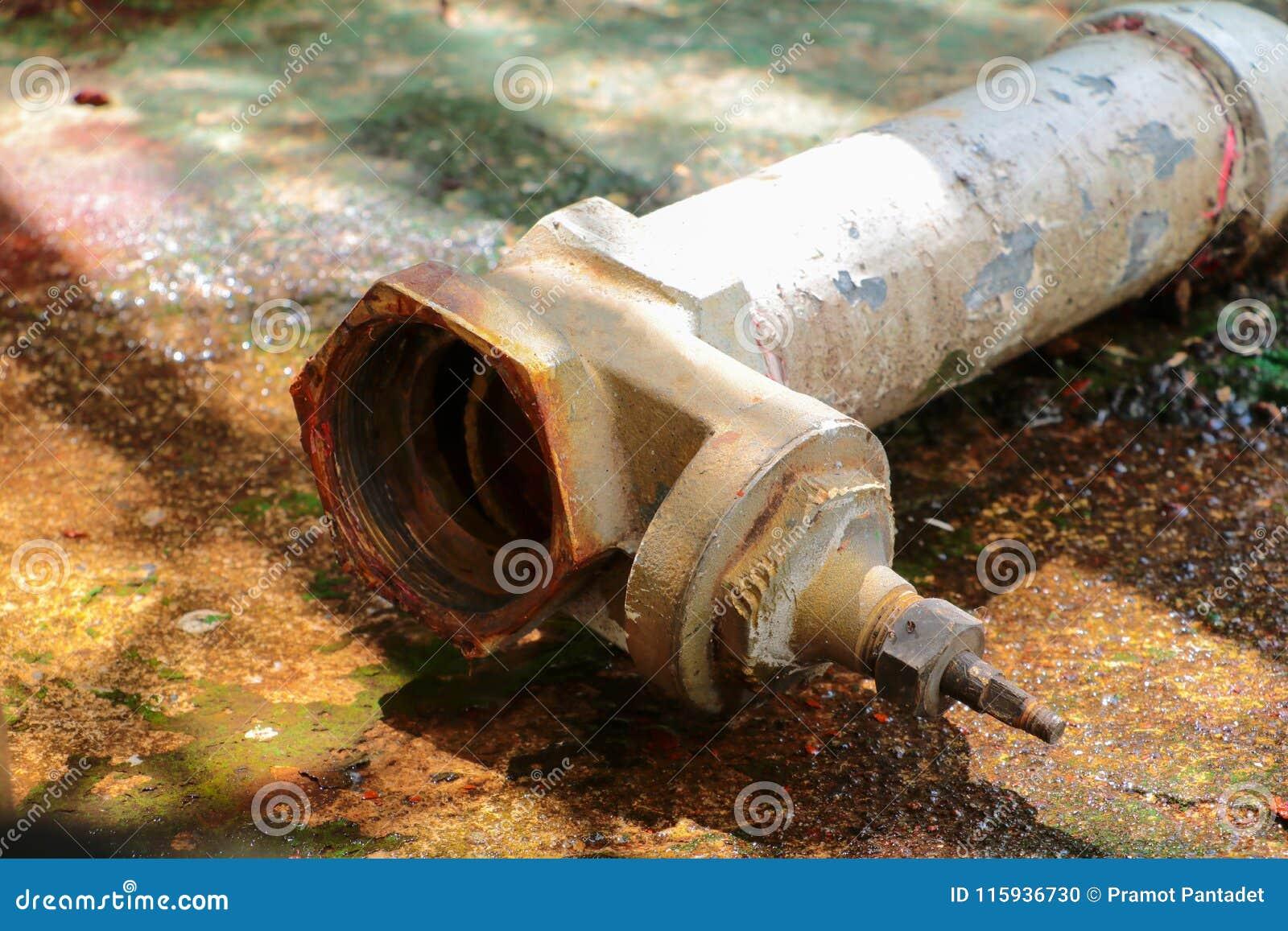 Arrosez la valve nouvelle font modifier des tuyaux de réparation avec du tuyau industriel jointif de robinet de vieille rouille d
