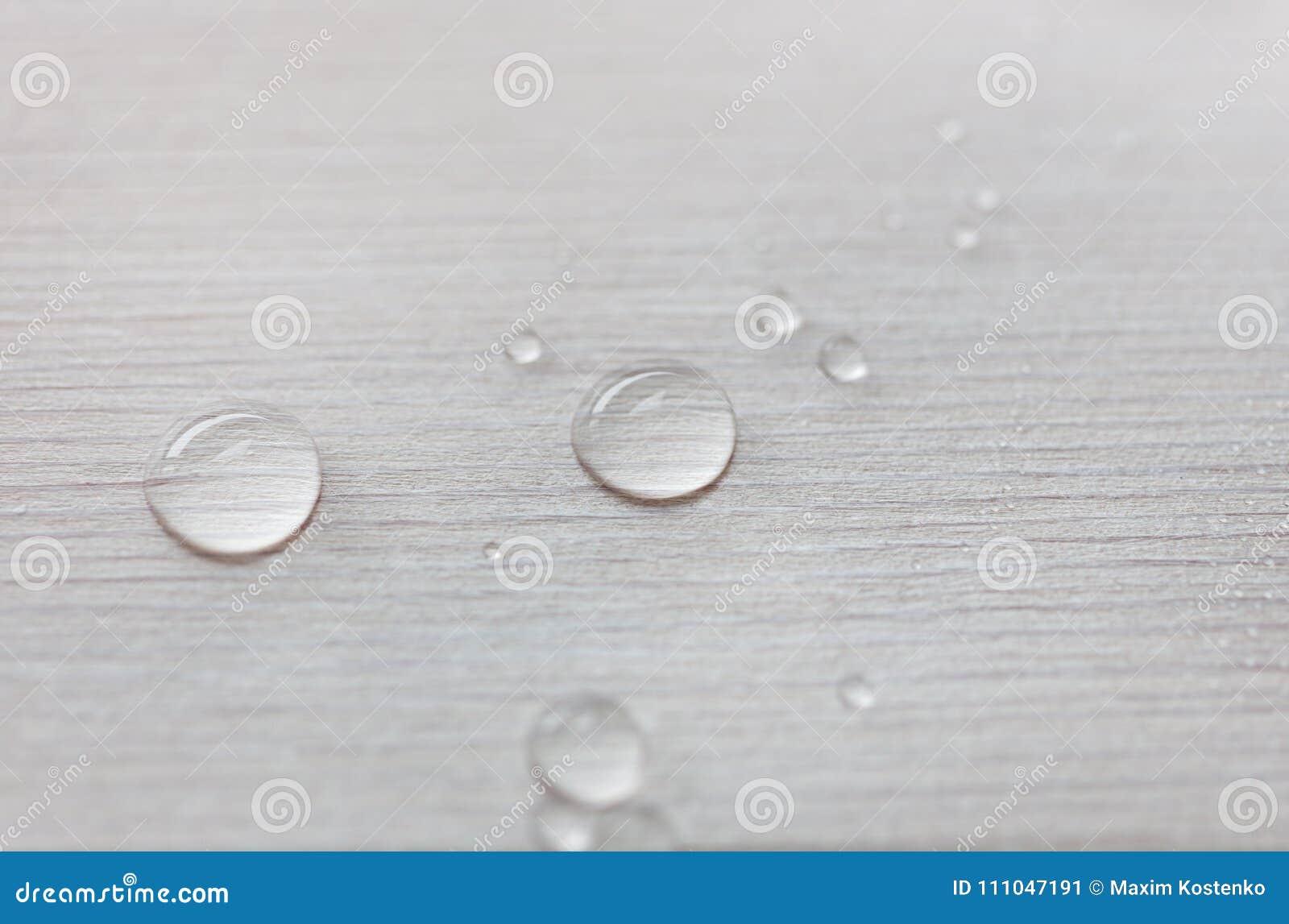 Arrosez les baisses sur la surface en bois blanche faite à partir de la bâche en bois de mélèze par l huile avec de la cire