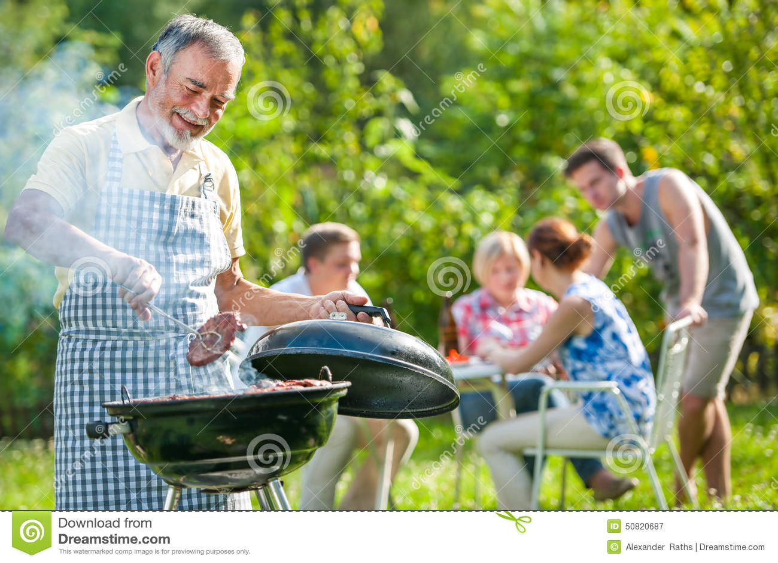 Arrostisca col barbecue la famiglia che ha partito