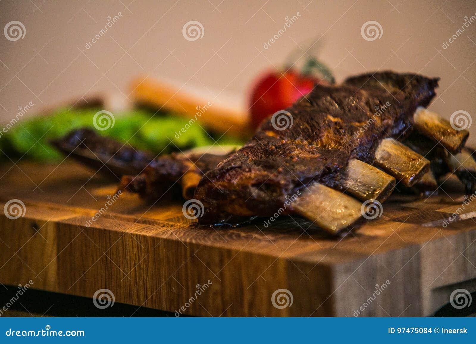 Arrosto di costola della carne di maiale con gli ortaggi freschi del forno