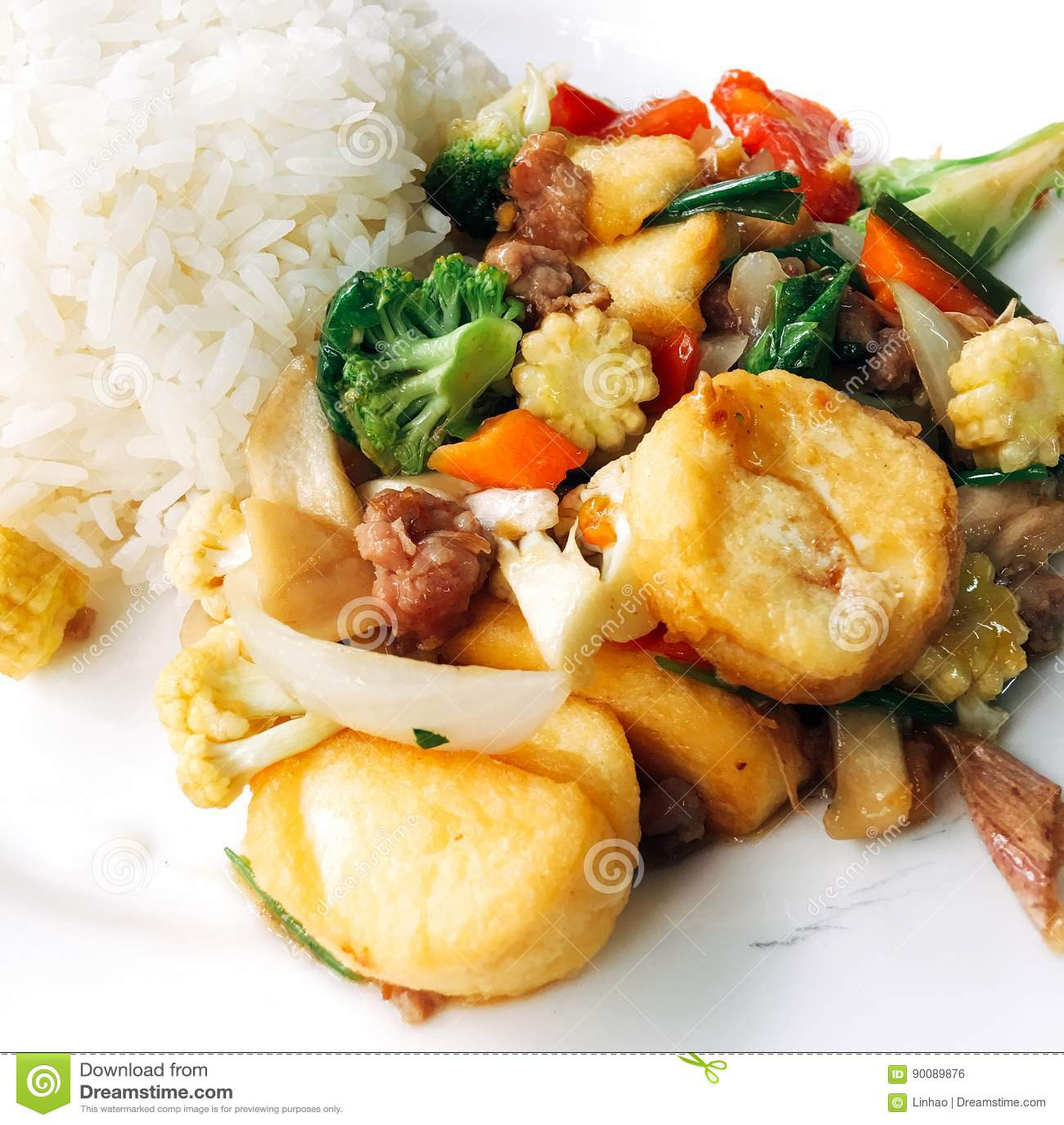 Arroz com o Tofu fritado misturado