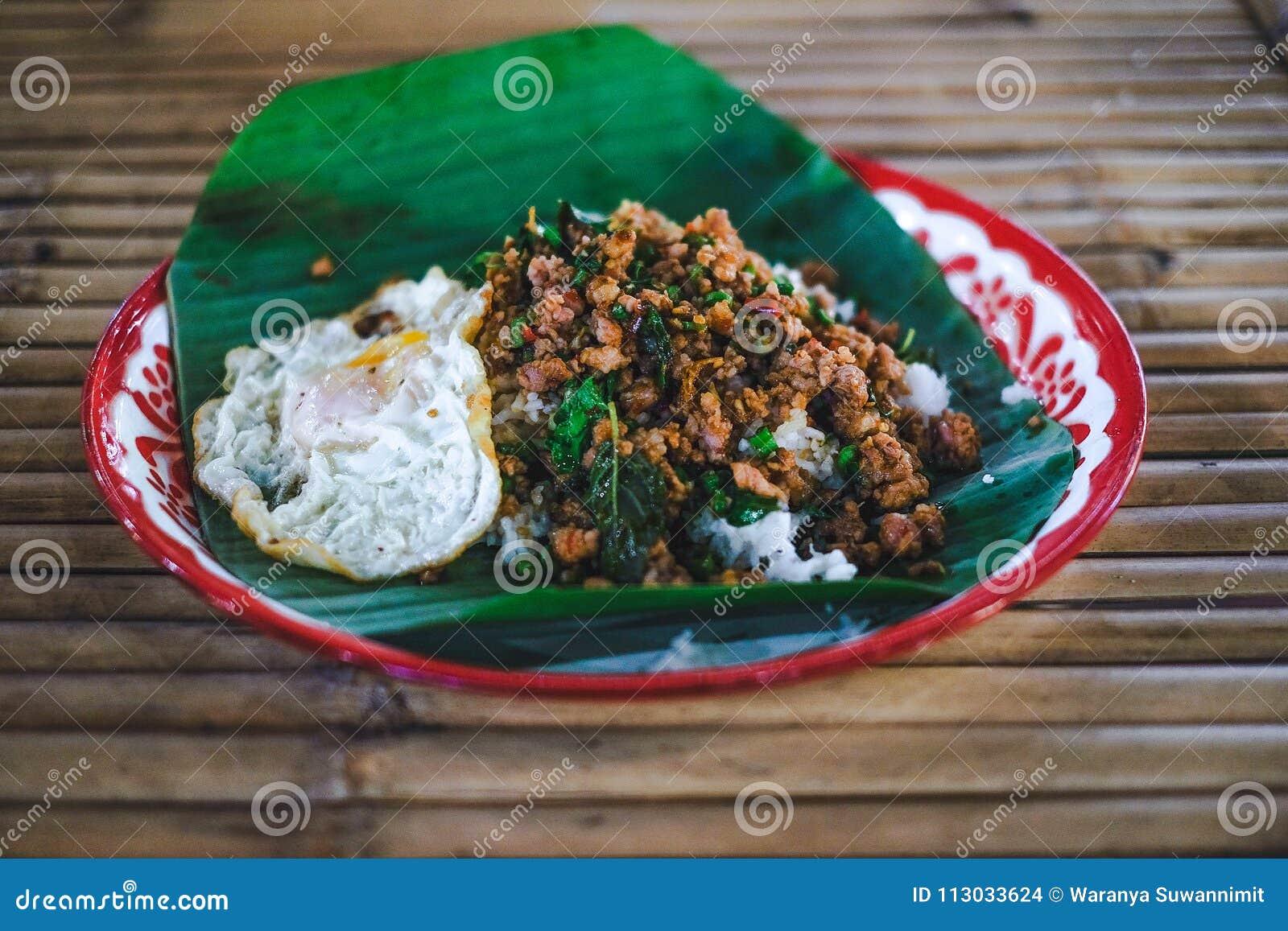 Arroz con cerdo picadito sofrito y albahaca con el huevo frito
