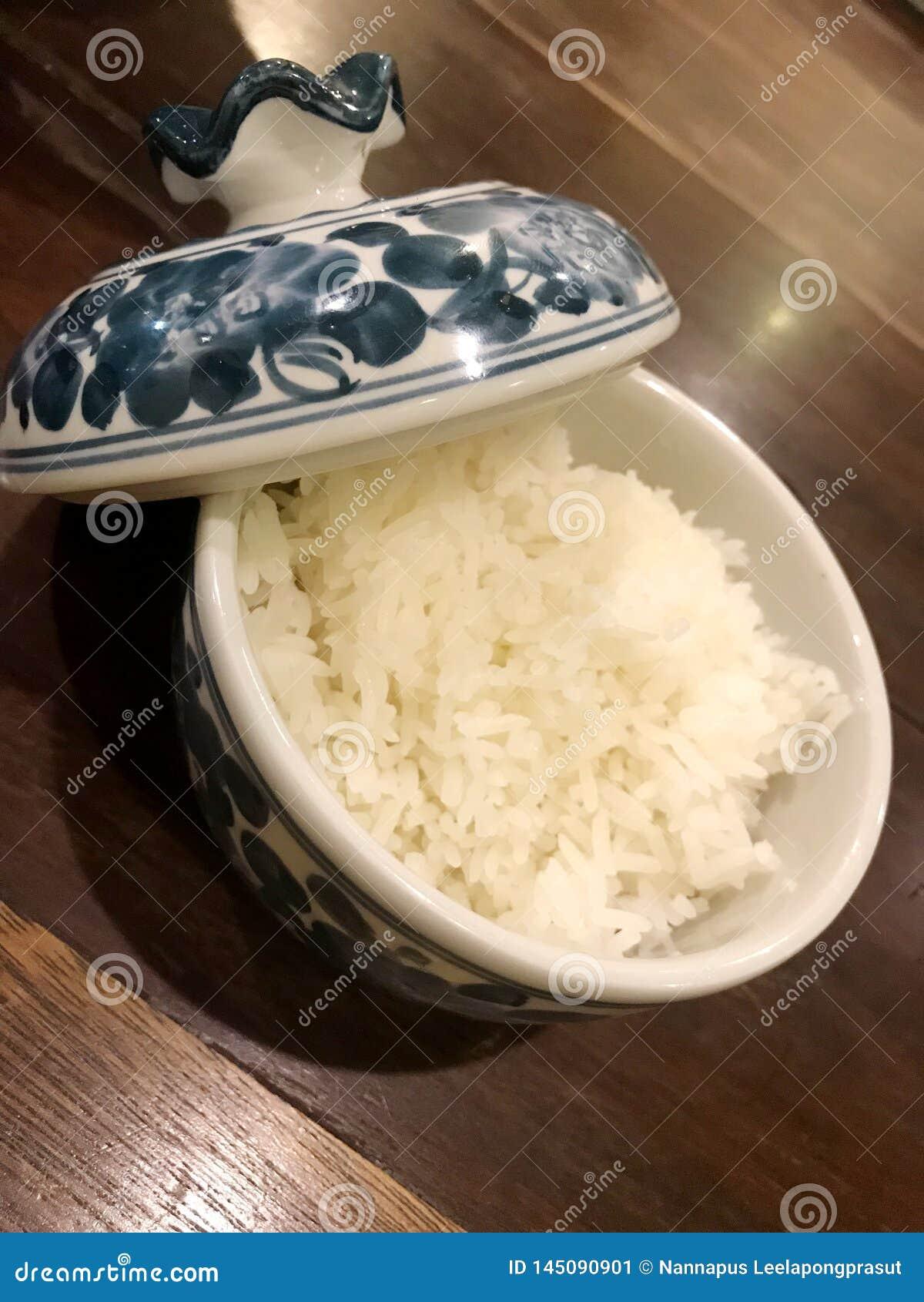Arroz cozinhado na bacia do chinaware