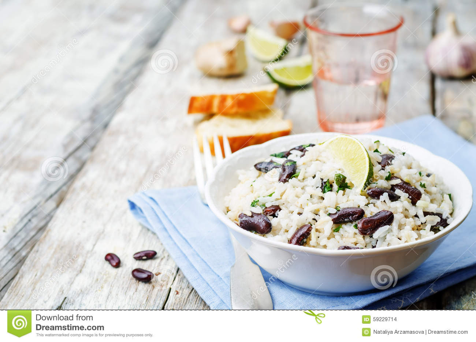 Arroz de la cal del coco con las habas rojas y el cilantro