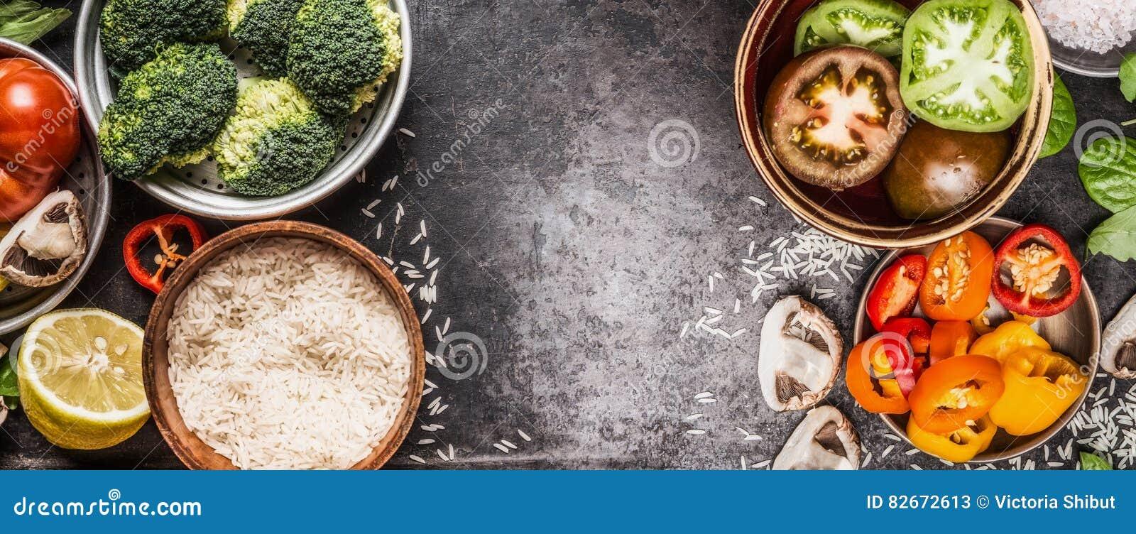 Arroz e vegetais que cozinham ingredientes em umas bacias no fundo rústico escuro, bandeira Alimento saudável e do vegetariano ou