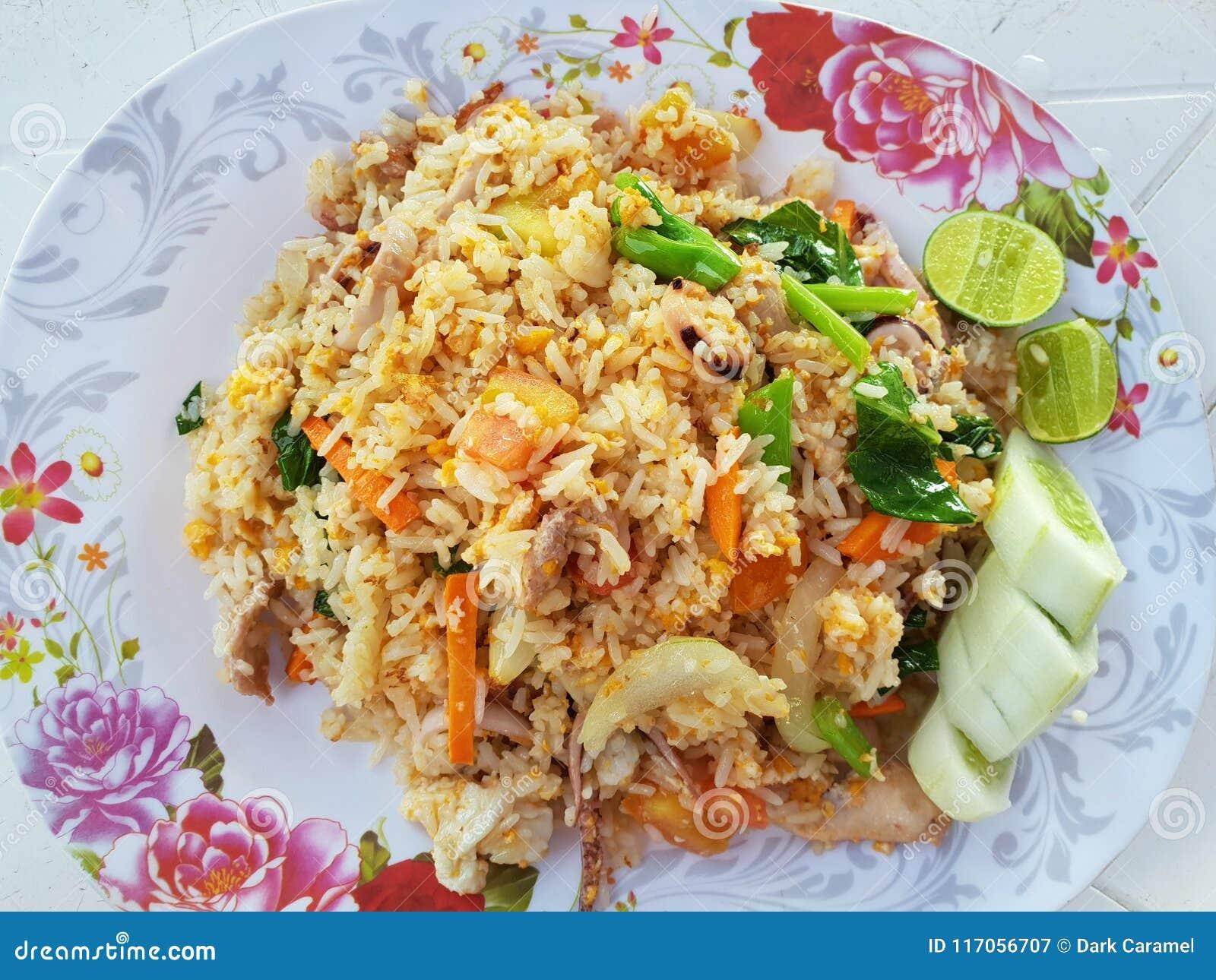 Arroz Frito Con La Opinion Horizontal De Las Gambas Del Huevo Y De Las Verduras Desde Arriba En El Estilo Tailandes Fotografia Editorial Imagen De Estilo Arroz 117056707
