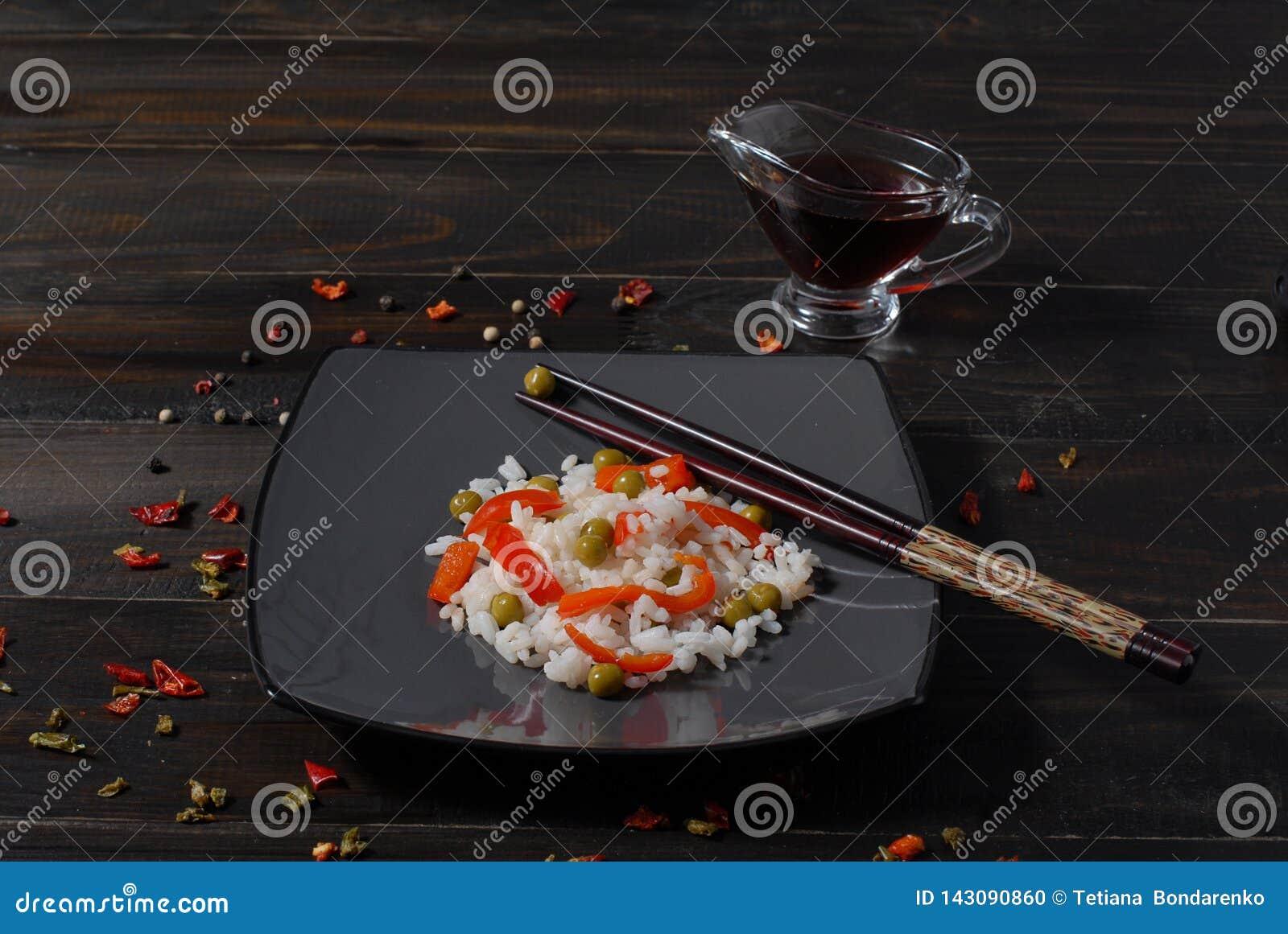 Arroz hinese del plato del  dietético de Ñ con las verduras guisadas