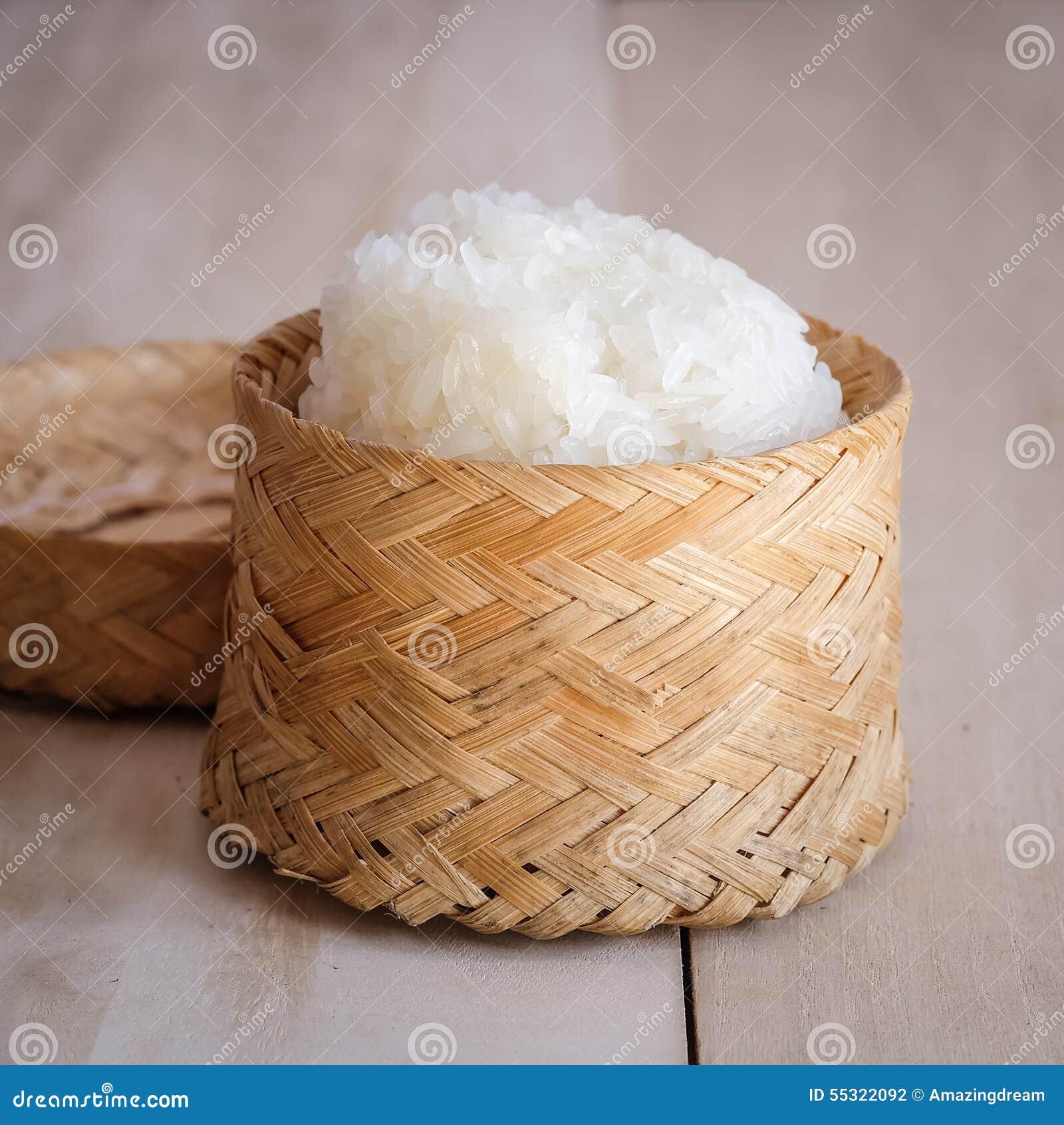 Arroz pegajoso, arroz pegajoso tailandês em uma caixa de madeira de bambu do estilo antigo