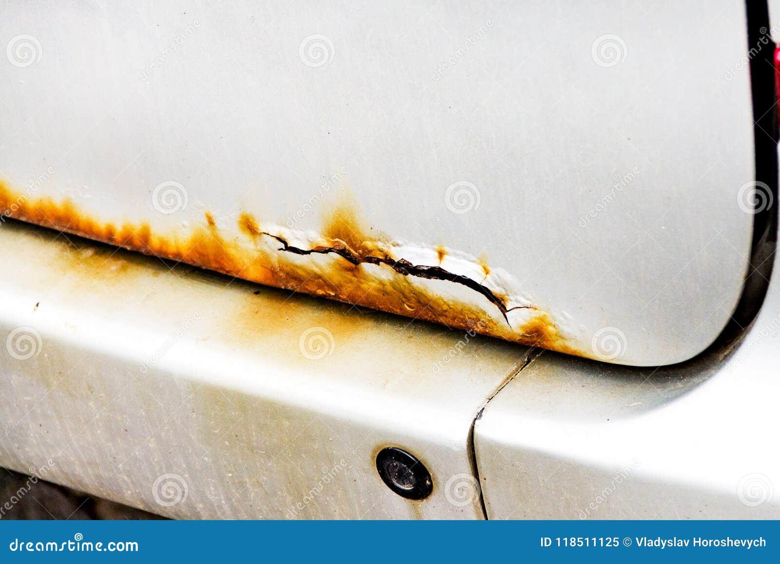 Arrugginisca sull automobile, l automobile tagliata, corrosione sul coperchio del tronco