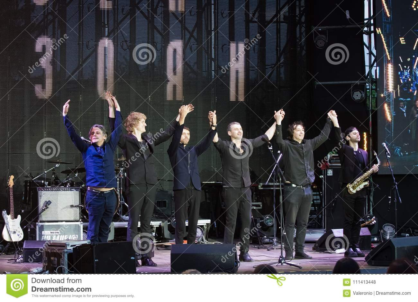 Arsen Mirzoyan i jego zespołu rockowego kłonienie po koncerta przy Roshen fontanny otwarciem, Vinnytsia, Ukraina, 29 04 2017, red