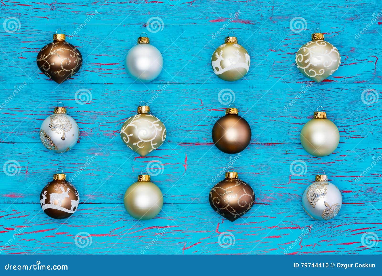 Arsenal aseado de ornamentos metálicos del árbol de navidad