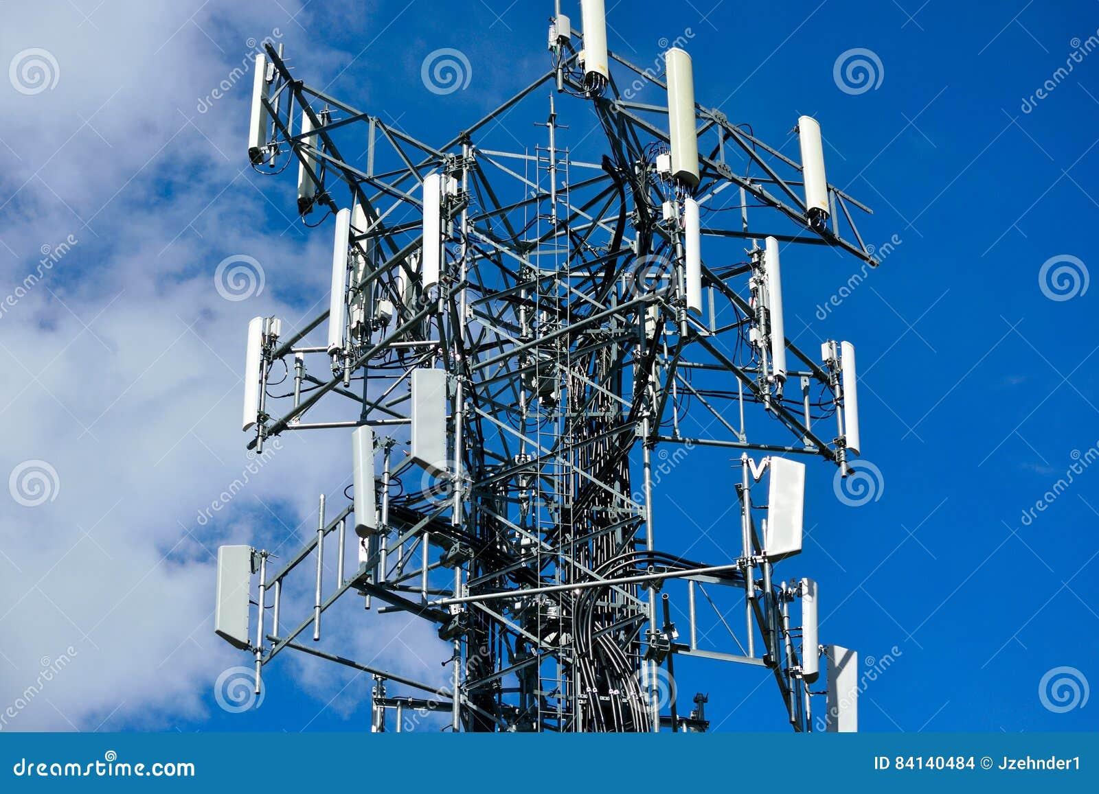 Arsenal del repetidor de la comunicación de la torre del teléfono celular a un ángulo bajo