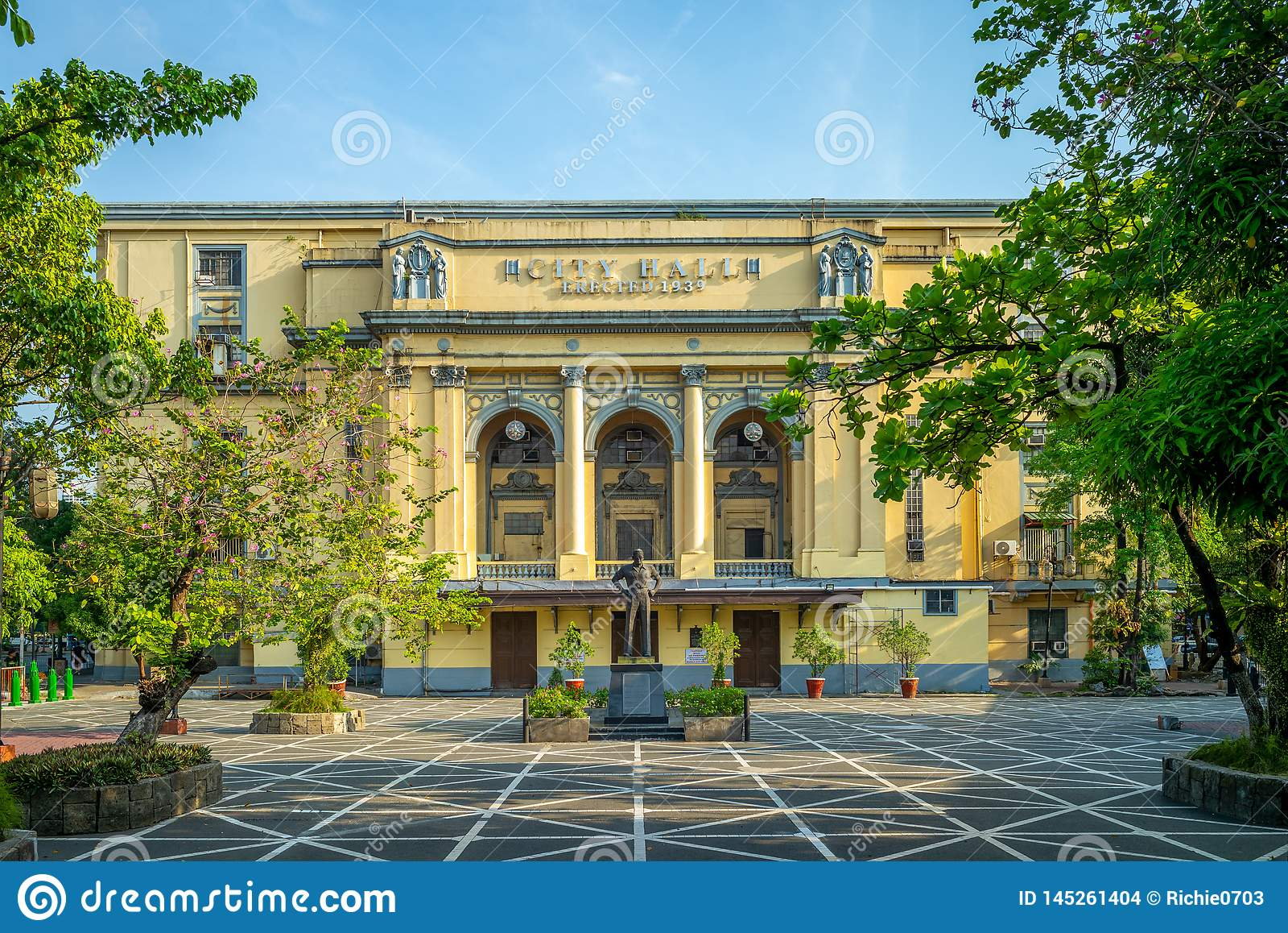 Arsenio H Lacson monument och Manila stadshus